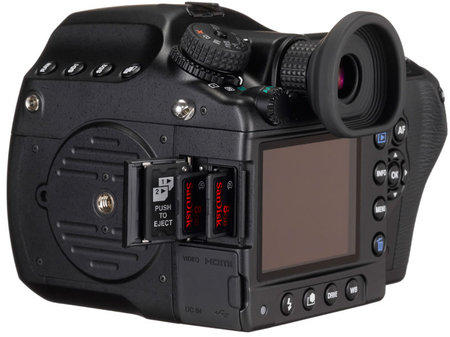 Dual SD card slots in the Pentax 645D