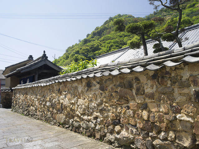 Tombai walls outside the home of Hitachi Tsuji 常陸 辻  15th generation ceramic master, Arita, Saga Prefecture, Japan.