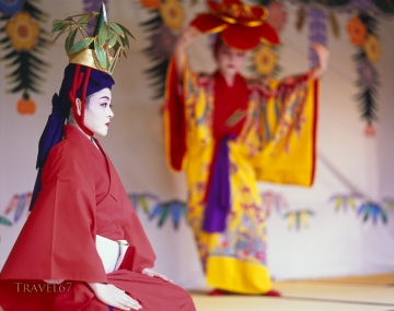 Ryukyu dance performance at Shuri Castle.