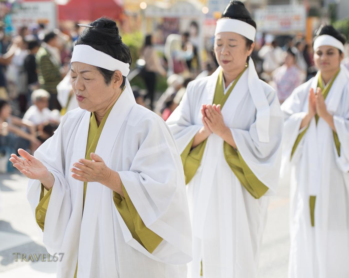 Yuta (priestesses) offering prayers during the Shuri Castle Festival.